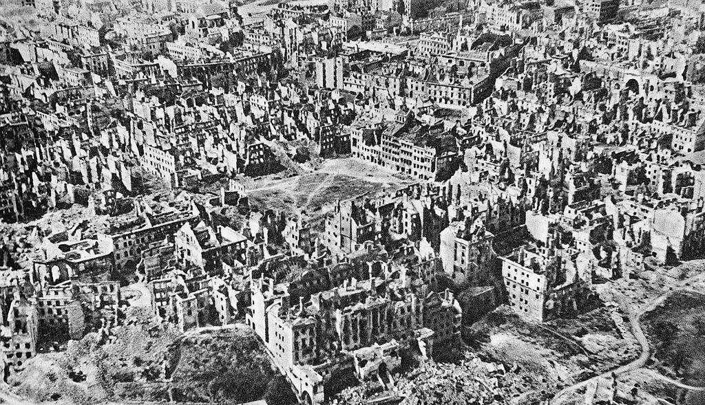 Città vecchia di Varsavia in rovina in 1945.