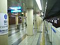 Yokohama-municipal-subway-B17-Kannai-station-platform-2.jpg