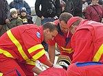 ZZS MSK, záchranáři, zajištění krční páteře a transport na scoop rámu (02).jpg