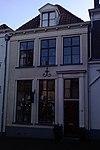 Huis onder schilddak met dakkapel