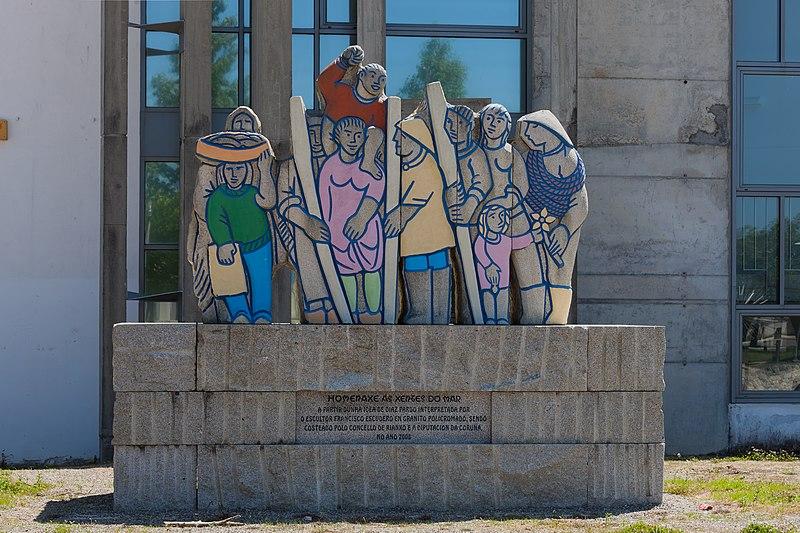 File:Ás xentes do mar. Obra de Francisco Escudero deseñada por Issac Díaz Pardo. Rianxo. Galiza-2.jpg