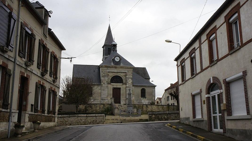 Église et devant le monument aux morts à Cramant.