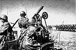Зенитный расчет прикрывает колонну кавалерии от вражеской авиации.jpg