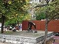Пам'ятник «Булижник — зброя пролетаріату» 02.JPG