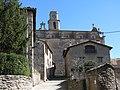 080 Carrer Barendà (Sant Boi de Lluçanès), al fons l'església, en primer terme el pou de Ca la Nita.jpg