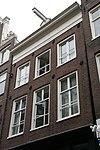 foto van Pand met gevel onder rechte lijst en voorzien van een empire roedenverdeling in de vensters op de verdiepingen