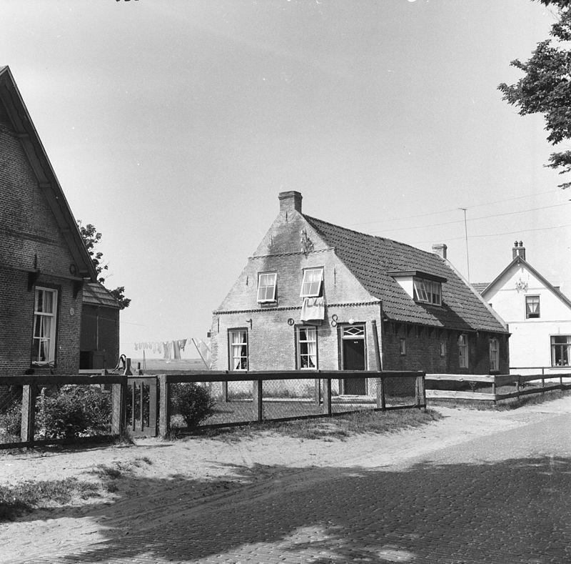 Karakteristiek dubbel amelander huis onder zadeldak tussen topgevels in hollum monument - Tussen huis ...