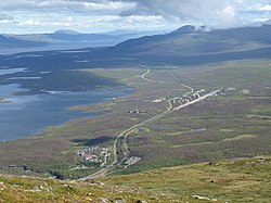 Picture of Abisko, taken from the mountain Nuolja. In the foreground, Abisko Turiststation and the bottom part of the Abisko canyon can be seen. Further away is the village Abisko Östra. To the left in the picture, the lake Torneträsk can be seen.