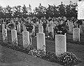 Airborne herdenking, Oosterbeek, kinderen leggen bloemen, Bestanddeelnr 907-3320.jpg
