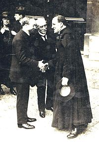 Alexandre Miniac serrant la main à Henri Brémond à l'Académie française, cliché agence Meurisse.jpg