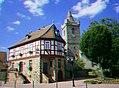 Anaglyphenbild 3D in Farbe aus zwei versetzt aufgenommenen Bildern - Rathaus in Bruchköbel mit Jakobuskirche.jpg