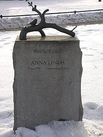 Anna Lindhs gravsten (gabbe).jpg