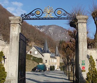 Aspres-lès-Corps - The entrance gates of the castle of Aspres-lès-Corps