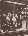 Atget, Eugène - Läden und Auslagen, Friseur (Zeno Fotografie).jpg