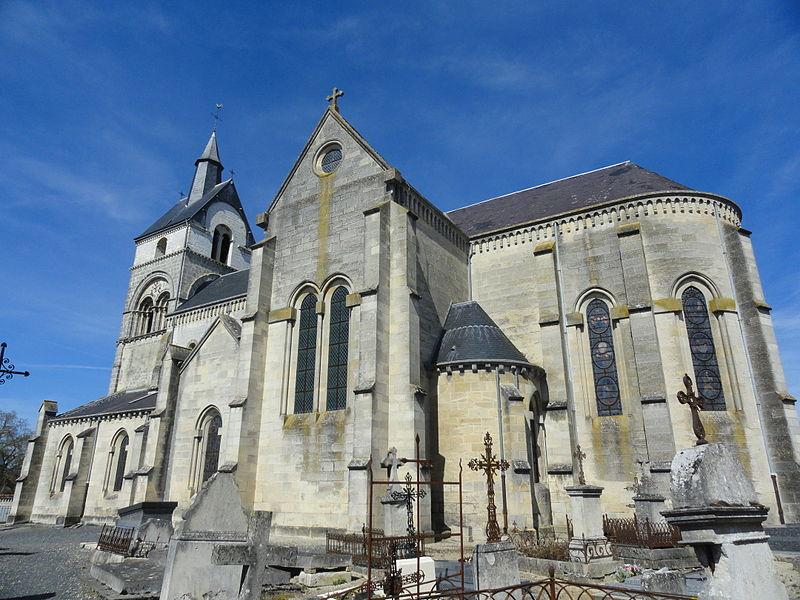 Vue du côté sud-est l'église Saint-Rémi d'Athis depuis son cimetière.