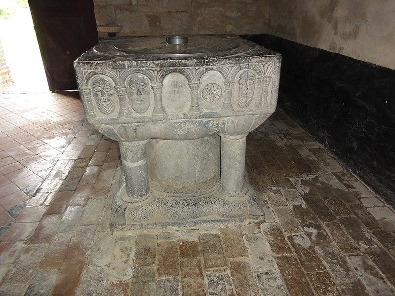 Bancigny (Aisne) église, fonts baptismaux 03