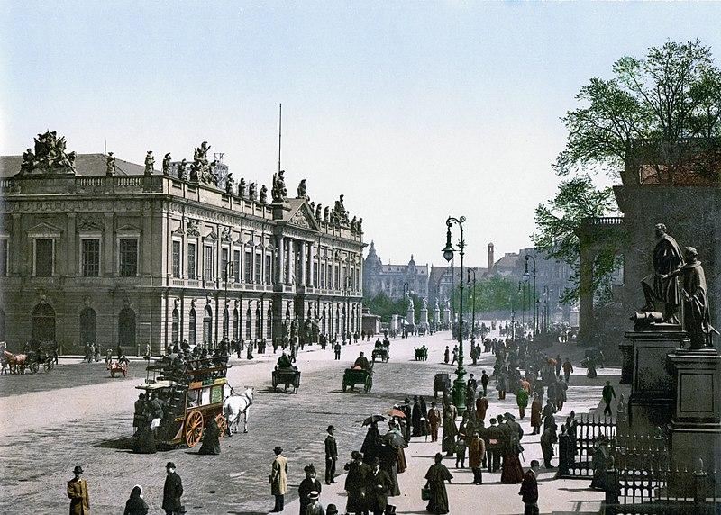 La fameuse avenue Unter den Linden du centre historique de Berlin (ici en 1900) : De la Porte de Brandebourg à l'ïle au musée dans le quartier de Mitte à Berlin.