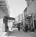 Bezoekers op een half-overdekte markt in een straat van Mea Shearim, Bestanddeelnr 255-2471.jpg