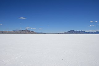 http://upload.wikimedia.org/wikipedia/commons/thumb/1/10/Bonneville_salt_flats_pilot_peak.jpg/320px-Bonneville_salt_flats_pilot_peak.jpg