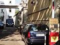Bozen-Bolzano — Gerichtsgefängnis (Einfahrt, Schild und Gefangenentransportfahrzeug).jpg