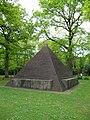 Bremerhaven-Wulsdorf Friedhof Ehrenmal Pyramide 01.jpg
