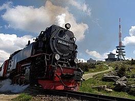 De top van de Brocken met zendmast en de Brockenbahn