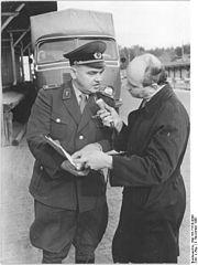 Bundesarchiv Bild 183-77526-0006, Grenzkontrollpunkt Drewitz, Beschlagnahme von Elektronikgerät