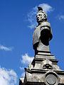 Busto de Sucre con una paloma.JPG