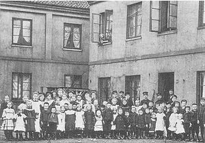 Ottensen - Children of gaffers, in the background company houses of Glasfabrik C. E. Gätcke in Ottensen next to Altona/Elbe, Germany