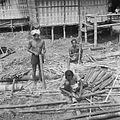 COLLECTIE TROPENMUSEUM Bouw van gastenverblijven in een dorp bij Rantepao ter gelegenheid van een dodenfeest van de Toraja TMnr 10028475.jpg
