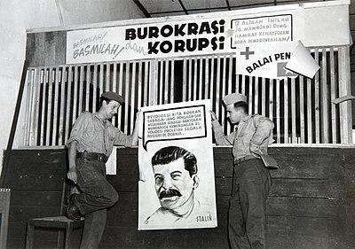 Dua tentara Belanda menunjukkan sebuah poster bergambar Josef Stalin yang ditemukan di sebuah kantor Pemuda Sosialis Indonesia (Pesindo) di Sukabumi.