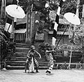COLLECTIE TROPENMUSEUM Scene uit een Barong- en Krisdans in het voorhof van de dorpstempel waarin dorpsbewoners de Barong ontmoeten in het bos TMnr 20000296.jpg