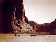 EDWARD SHERIFF CURTIS LE PHOTOGRAPHE DES AMÉRINDIENS 240px-Canyon_de_Chelly%2C_Navajo-a