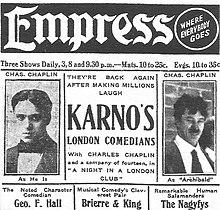 Page de journal avec deux photographies de Chaplin, l'une naturelle avec les cheveux lissés et l'autre dans son rôle avec une moustache et les cheveux en bataille.