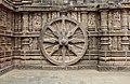 Chariot wheel, Konârak 07.jpg