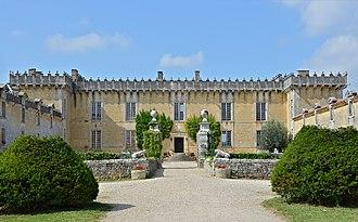 Cherves-Richemont 16 Château Chesnel Entrée cour 2014.JPG