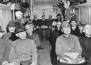 案内、 検索 護送中のA級戦犯。最前列通路側左が荒木貞夫、その斜め後ろが東條英機 A級戦犯(Aき