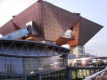 Il Tokyo Big Sight a Kōtō, dove si tiene il Comiket due volte all'anno e dove hanno fatto il loro debutto tutti i videogiochi della serie