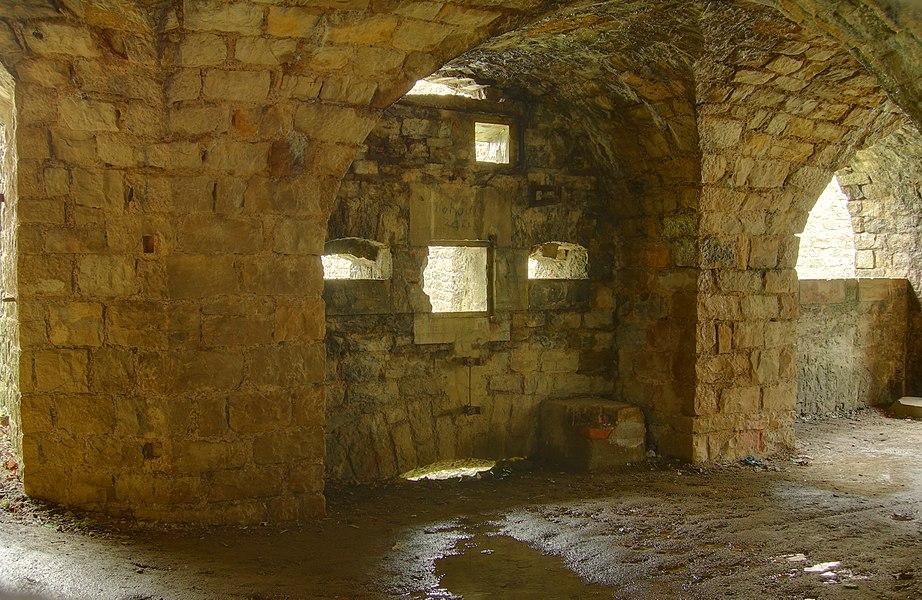 Dans la caponnière double de l'enveloppe, à l'est du fort.  Lachaux fortifications (HDR).