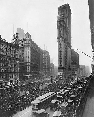 One Times Square - Image: Crowd gathers for updates to 1919 World Series