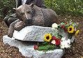 """Denkmal """"Knut der Träumer"""" für den Eisbären Knut im Zoologischen Garten Berlin (Bronze und Granit), Bildhauer Josef Tabachnyk.jpg"""