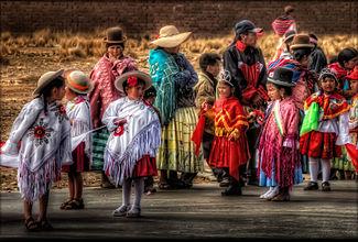 Indumentaria tradicional durante un festival en Bolivia.