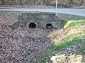 Deutergraben Auslass in Graben Damm Waldteich.jpg