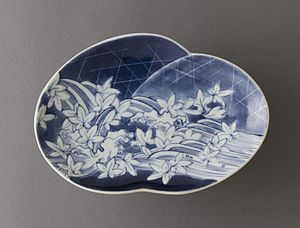 Arita ware - Arita porcelain dish with underglaze blue, with design of river, weirs, and maple leaves, c. 1650-1670s, Edo period