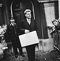 Duisenberg presenteert Miljarden-nota, Minister Duisenberg met koffertje voor , Bestanddeelnr 926-6914.jpg
