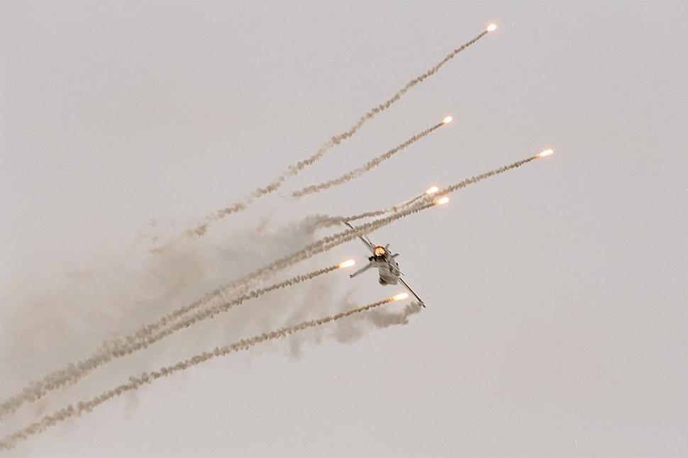 F-16 MLU of Royal Netherlands Air Force's Solo Display Team (reg. J-055), flares, Radom AirShow 2005, Poland