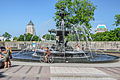 Fontaine de Tourny avec l'édifice Price et le Château Frontenac en arrière-plan, Québec.jpg