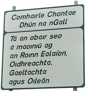 Irish orthography - Road sign in the Donegal Gaeltacht: Note Comhaırle, obaır, maoınıú, Roınn, Oıdhreachta and Oıleán with dotless lowercase i's.