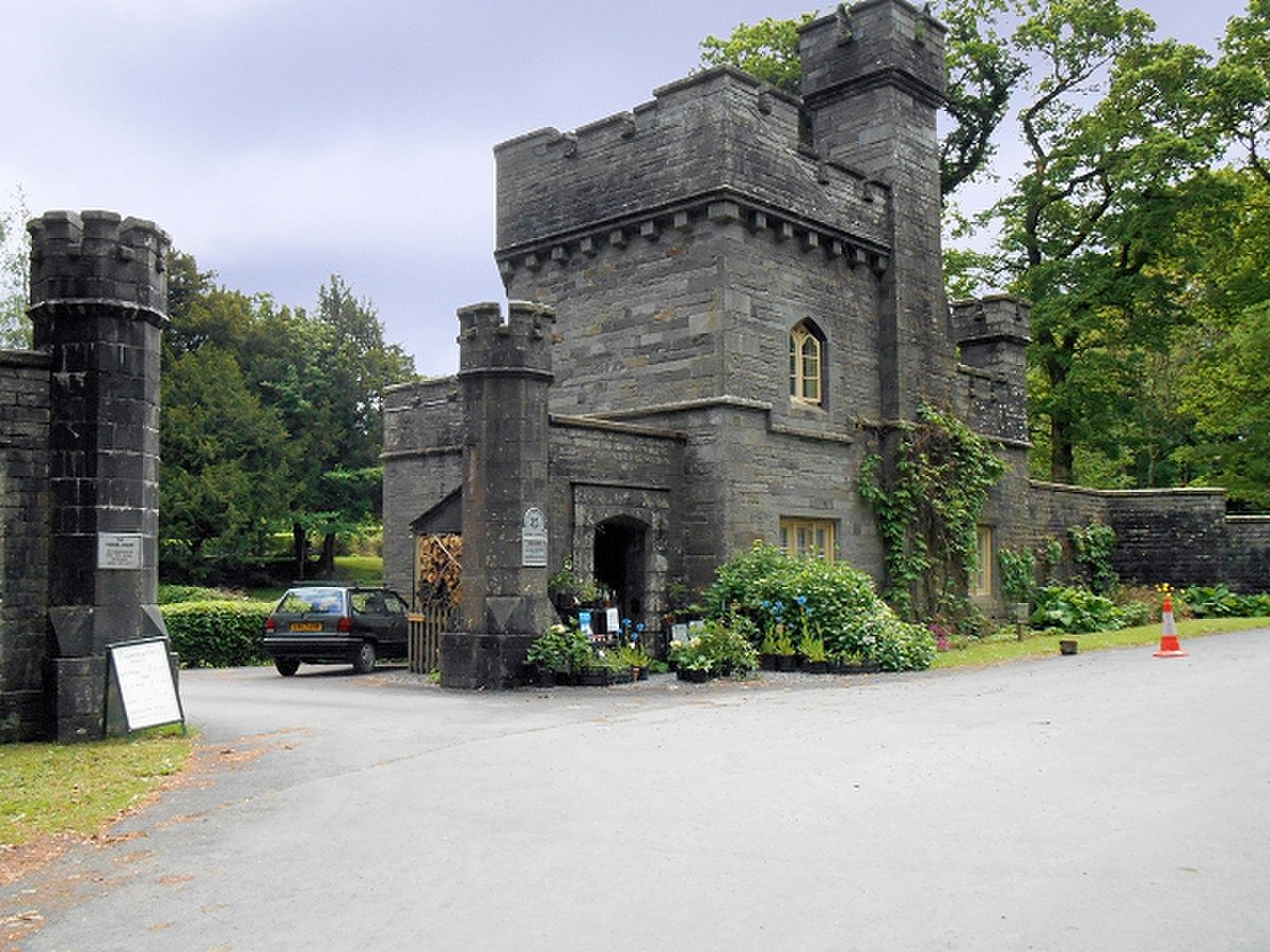 Gateway and lodge, Wray Castle.jpg
