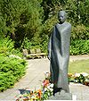 Gewandfigur Westfriedhof Rostock.jpg